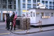 Haciendo guardia en el mítico Checkpoint Charlie.